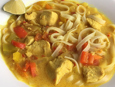 Zupa tajska z kurczakiem i makaronem ryżowym