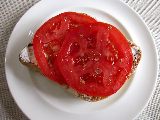 Tostada con aceite de oliva, queso crema, tomate y orégano
