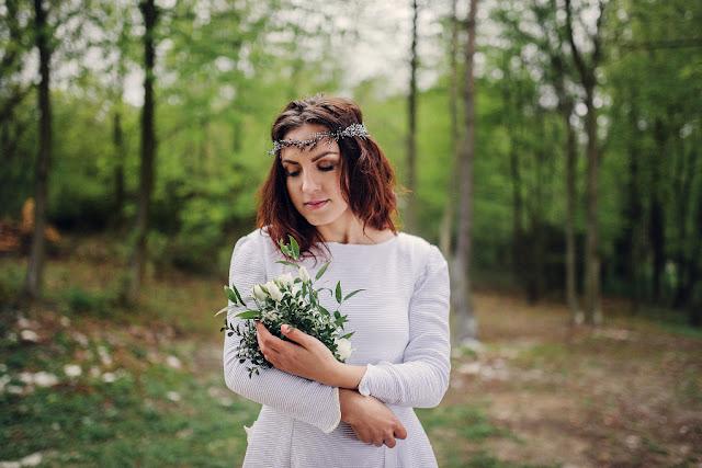 Fryzura ślubna z wrzosowym wiankiem