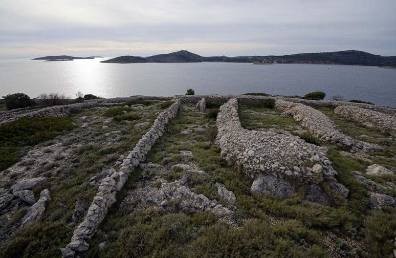 The stone walls of Baljenac island is an example of this story and tells us that, in the 16th and 17th centuries, during the Ottoman conquest, the island served as a refuge for the Christians who began to build, stone by stone, a network of walls to protect themselves although it would not be until the 19th century and thanks to the Agriculture, when it reached its current appearance that resembles a human fingerprint.