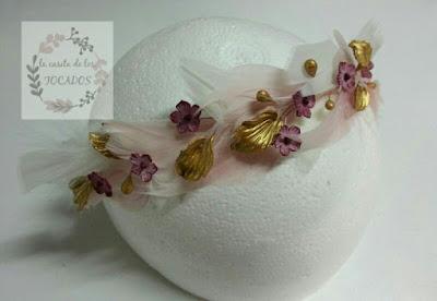 diadema para boda con plumas, hojas y flores de porcelana en rosa y dorado