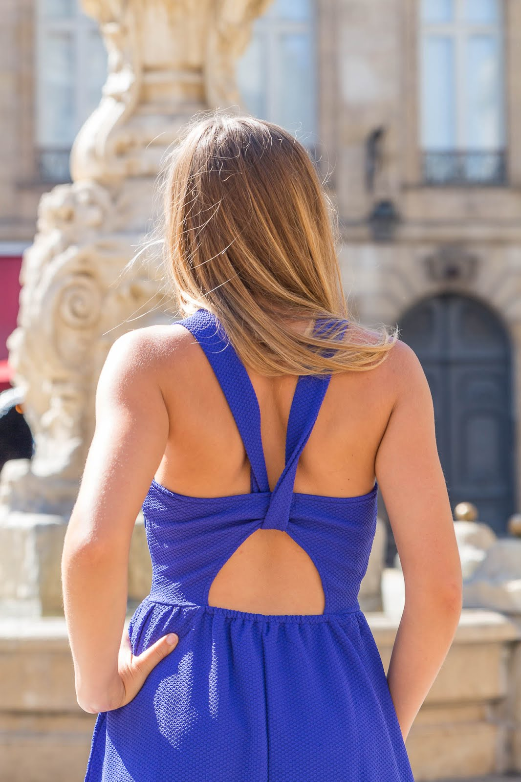 Dos nu robe bleue