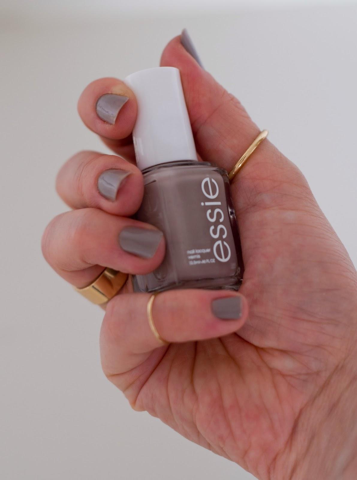 szary kolor Essie na paznokciach
