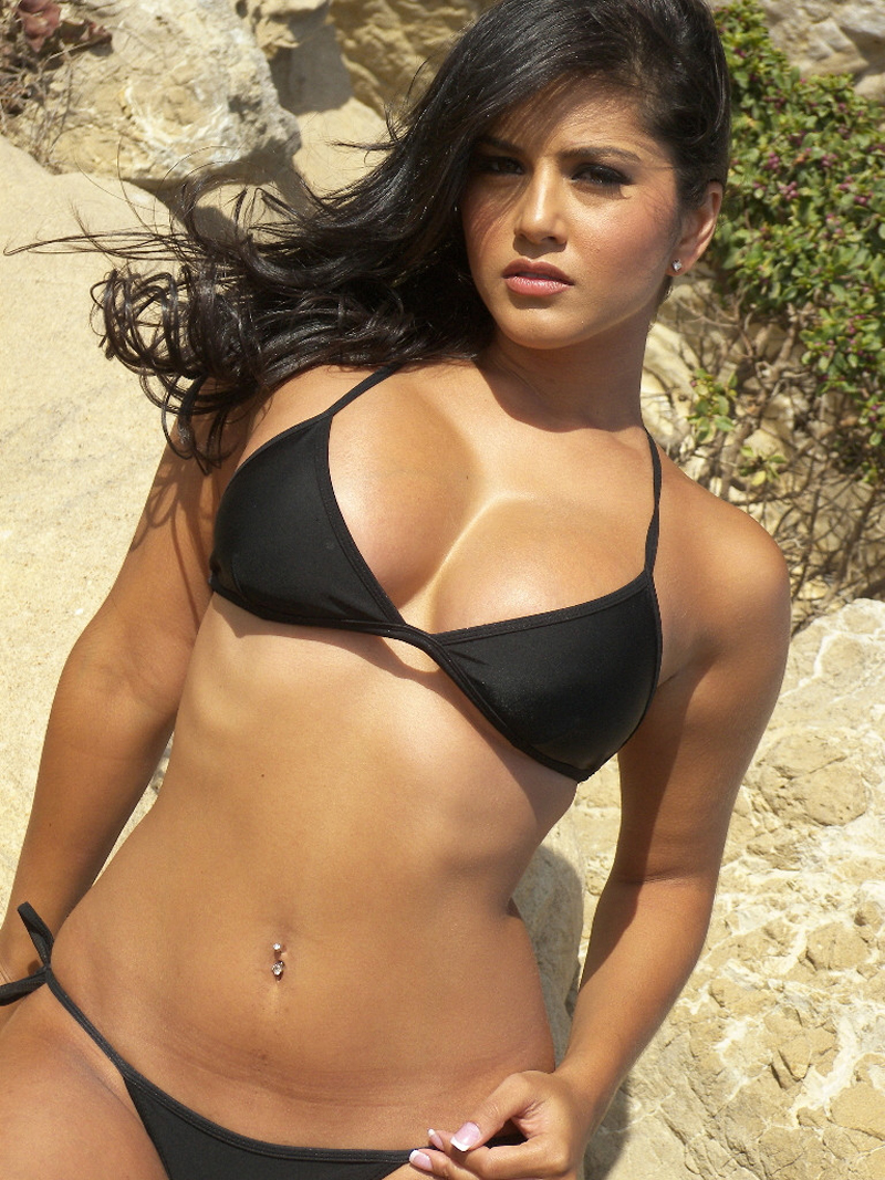 Sexy Sunny Leone Black Bikini Open Big Boobs Picture - Sunny Leone Sexy Picture-3680
