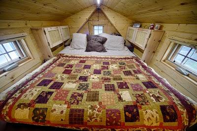 Cama comoda con edredon en cabaña