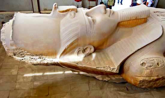 colosal estatua de Ramsés II