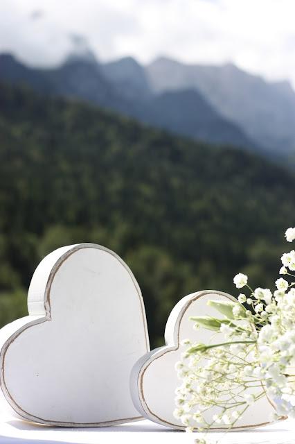 Trauung auf der Wiese, Gold und Weiß, goldene Sommerhochzeit im Riessersee Hotel Garmisch-Partenkirchen, gold white wedding in Garmisch, Bavaria, lake-side, summer wedding