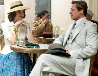 Foto de Brad Pitt sentado con la actriz Marion Cotillard
