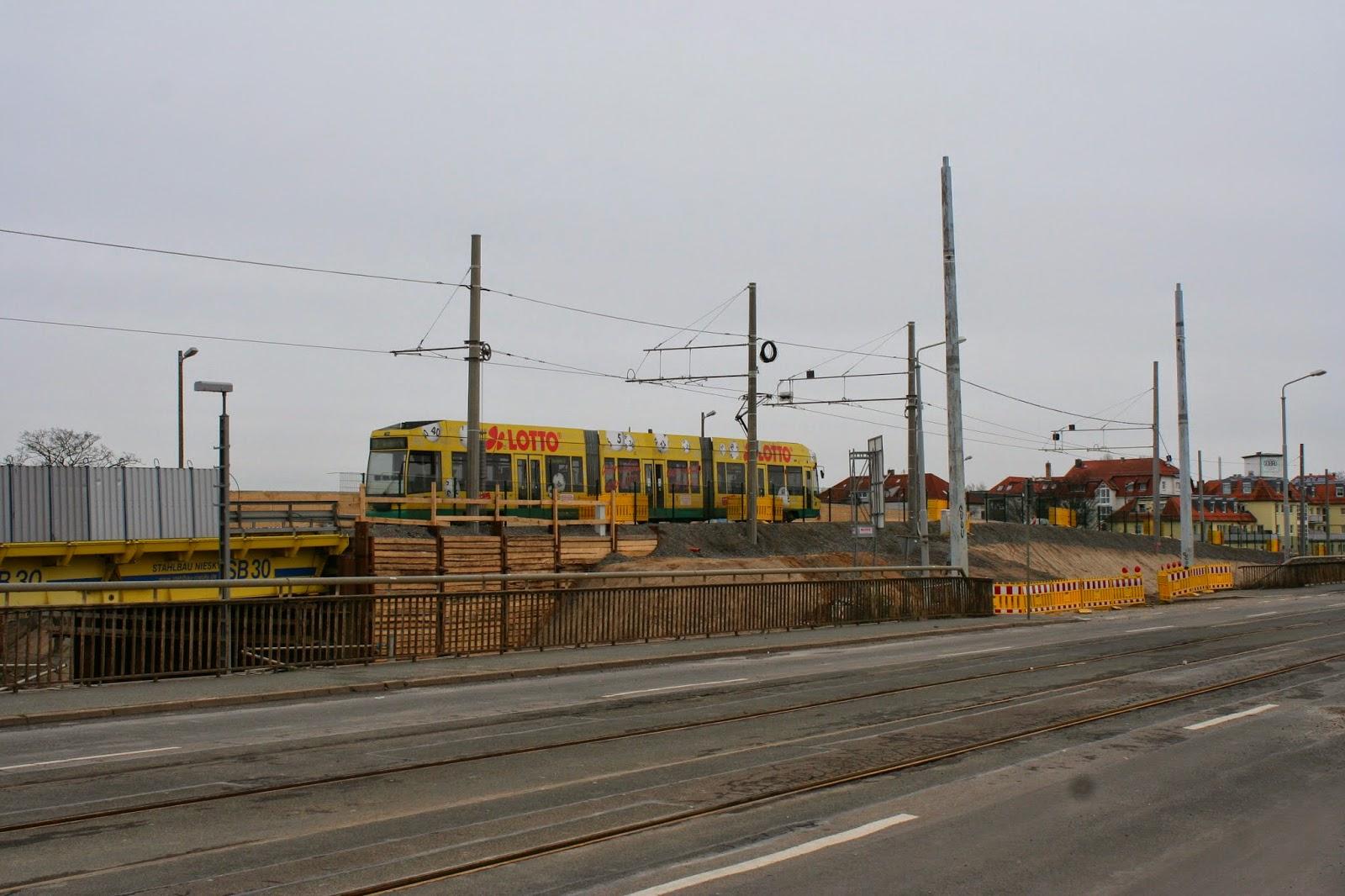 Antonienbrücke 03.01.2015 - Blick von der alten Antonienbrücke auf die Strassenbahn, die gerade auf der Hilfsbrücke fährt