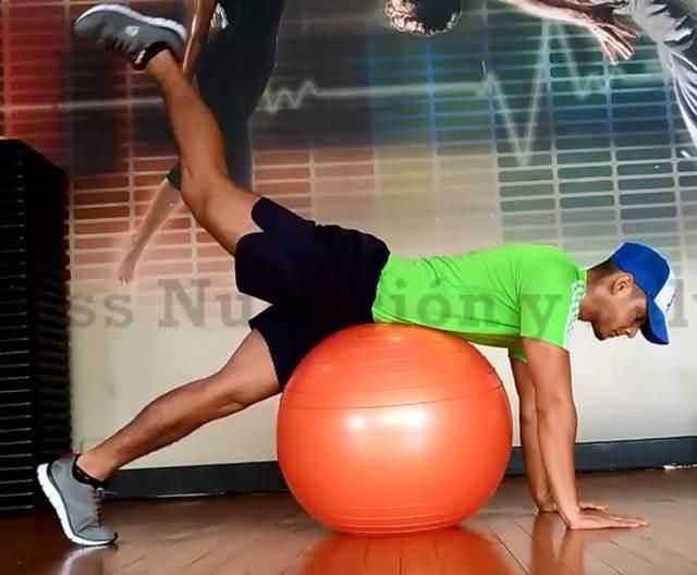 Extensión de cadera sobre fitball para trabajar los músculos de la cola