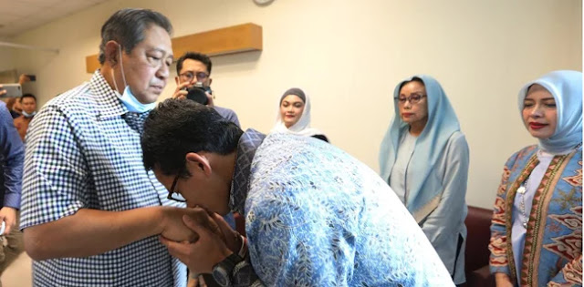 Sandi Cium Tangan SBY