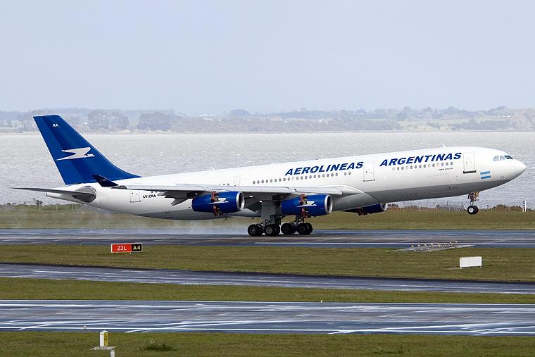 Azafata de aerolineas argentinas montada en mi pija httpslacuevadelpornoamateurblogspotcom - 1 7