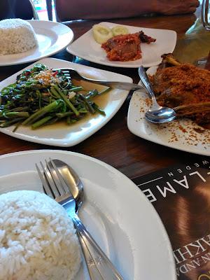 makan siang di bebek tera' bulan madura