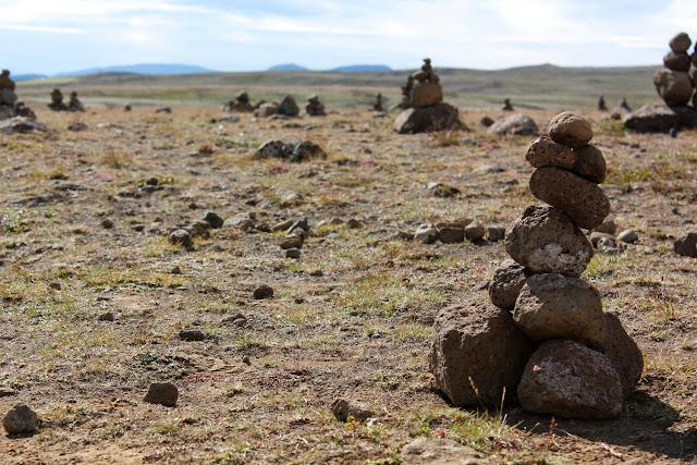 Montones de piedras en el mirador del lago Þingvallavatn