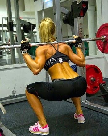 mujer fitness haciendo sentadillas con barra