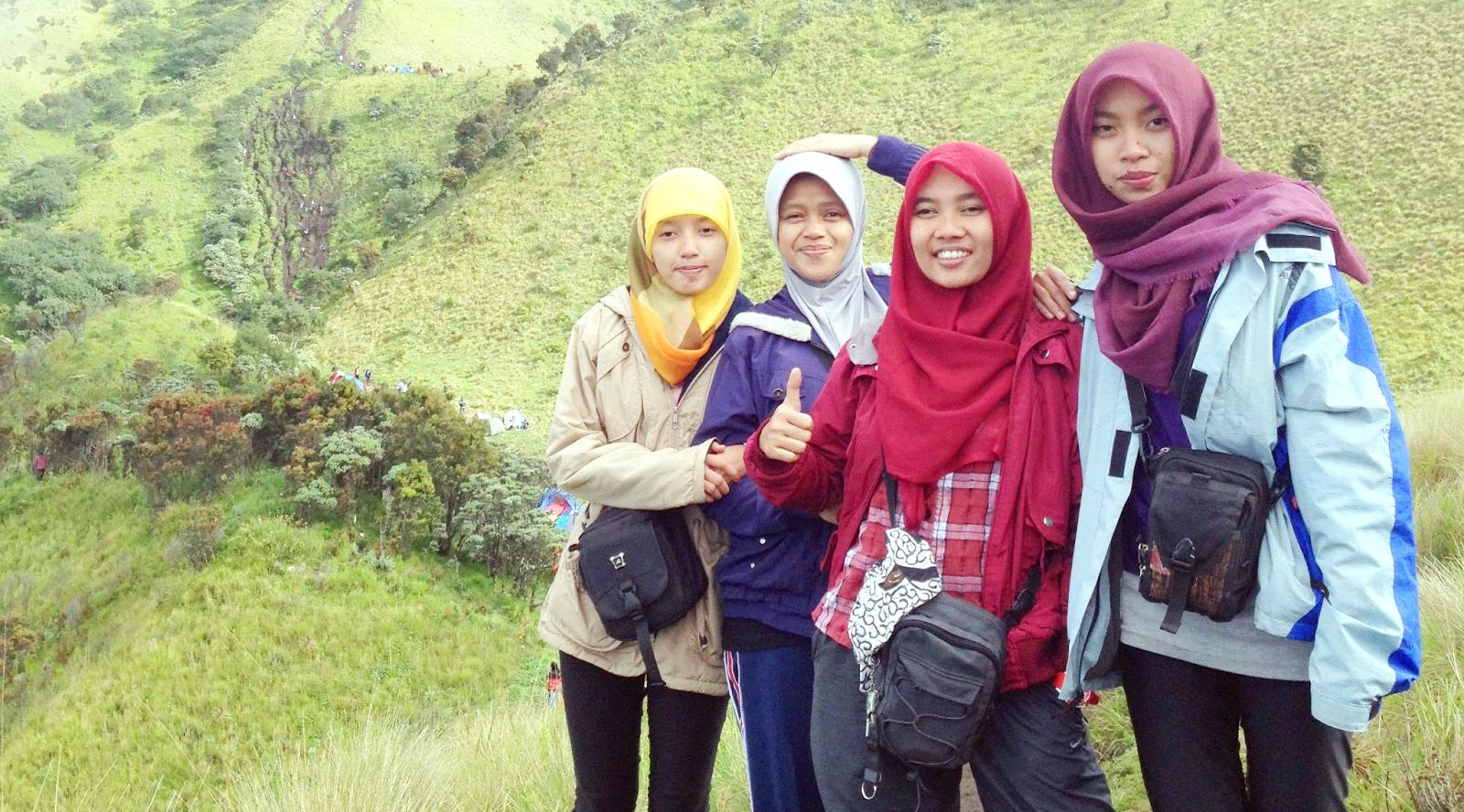 cewek cantik pakai hijab cantik mendaki gunung bareng cowok