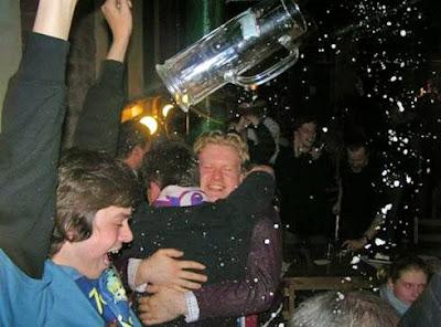 Party mit Bier - Bierglas fliegt