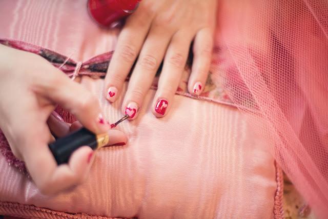 painting fingernails 635261 1920
