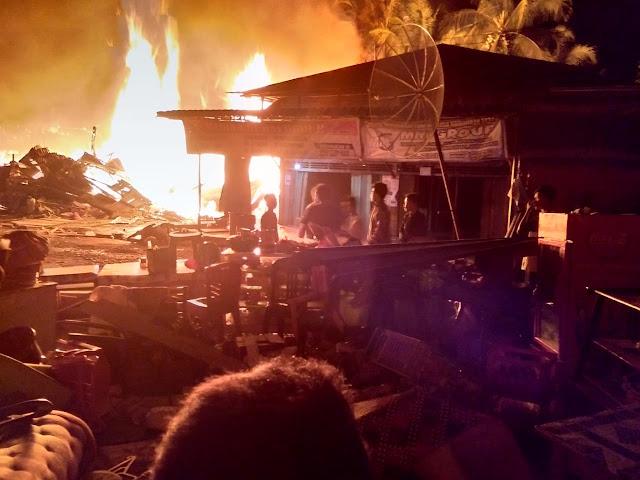 Kobaran api yang membakar 19 rumah warga di Madina.