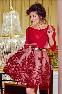 Rochie de ocazii scurta in clos rosie cu imprimeu floral bordo cu aplicatii din dantela