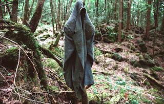 ropa abandonada en aokigahara