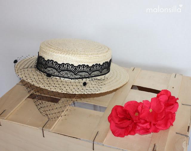 Canotier de copa baja con cinta de encaje en negro y flores rojas, tapafeas velo con plumeti, desmontable