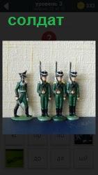 несколько игрушечных маленьких солдатиков на подставках