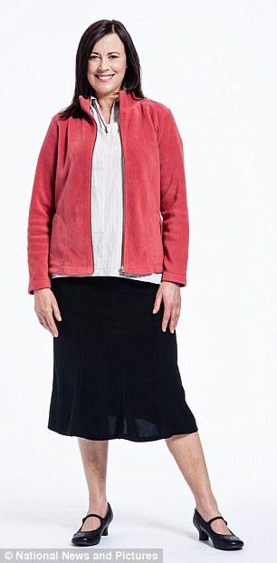 Женщина за 50 в куртке и юбке до середины икры