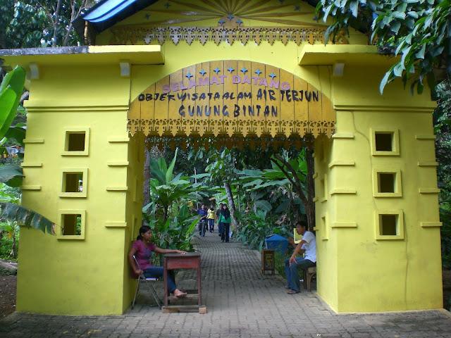 Air Terjun Gunung Bintan terletak di Kampung Bekapur, Desa Bintan Buyu, Kecamatan Teluk Bintan, Kabupaten Bintan, Propinsi Kepulauan Riau. Jaraknya sekitar 53 kilometer dari kota Tanjungpinang. Tiket masuk ke air terjun ini adalah Rp. 10 ribu per orang. Sebelumnya dari tempat parkir, traveler masih harus jalan kaki sejauh 300 meter untuk menuju ke depan air terjun ini.