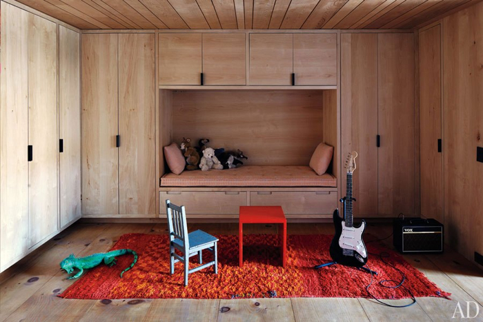 niche with bed and colorful rug