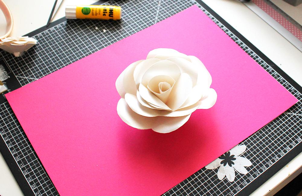 bureau et création d'une fleur en papier