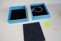 Box geöffnet: Neoglory Jewellery mit Swarovski® Elements Armreif Schmetterling rosa und blau