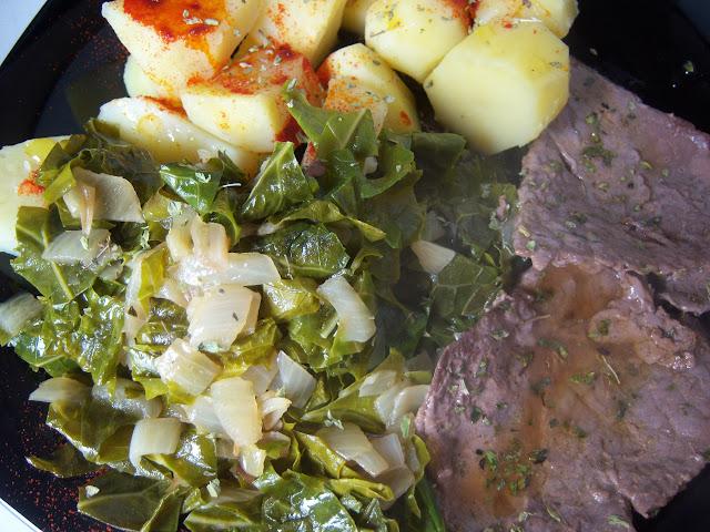Filetes de ternera a la plancha con guarnición de acelgas y patatas cocidas con pimentón.