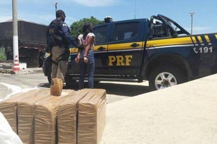 Jovem é presa transportando 5 kg de crack em ônibus no  trecho do município de Seabra