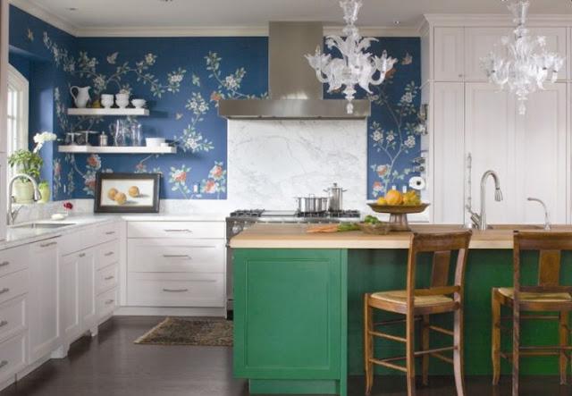 cozinha com prateleira  armarios brancos e verde piso madeira papel de parede
