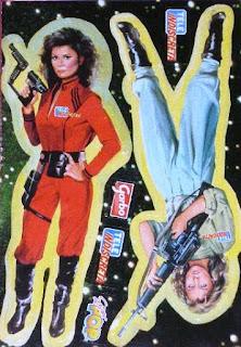 Imagen con un coleccionable de las revista Tele Indiscreta con dos pegatinas de V: una con Diana y otras con Juliet