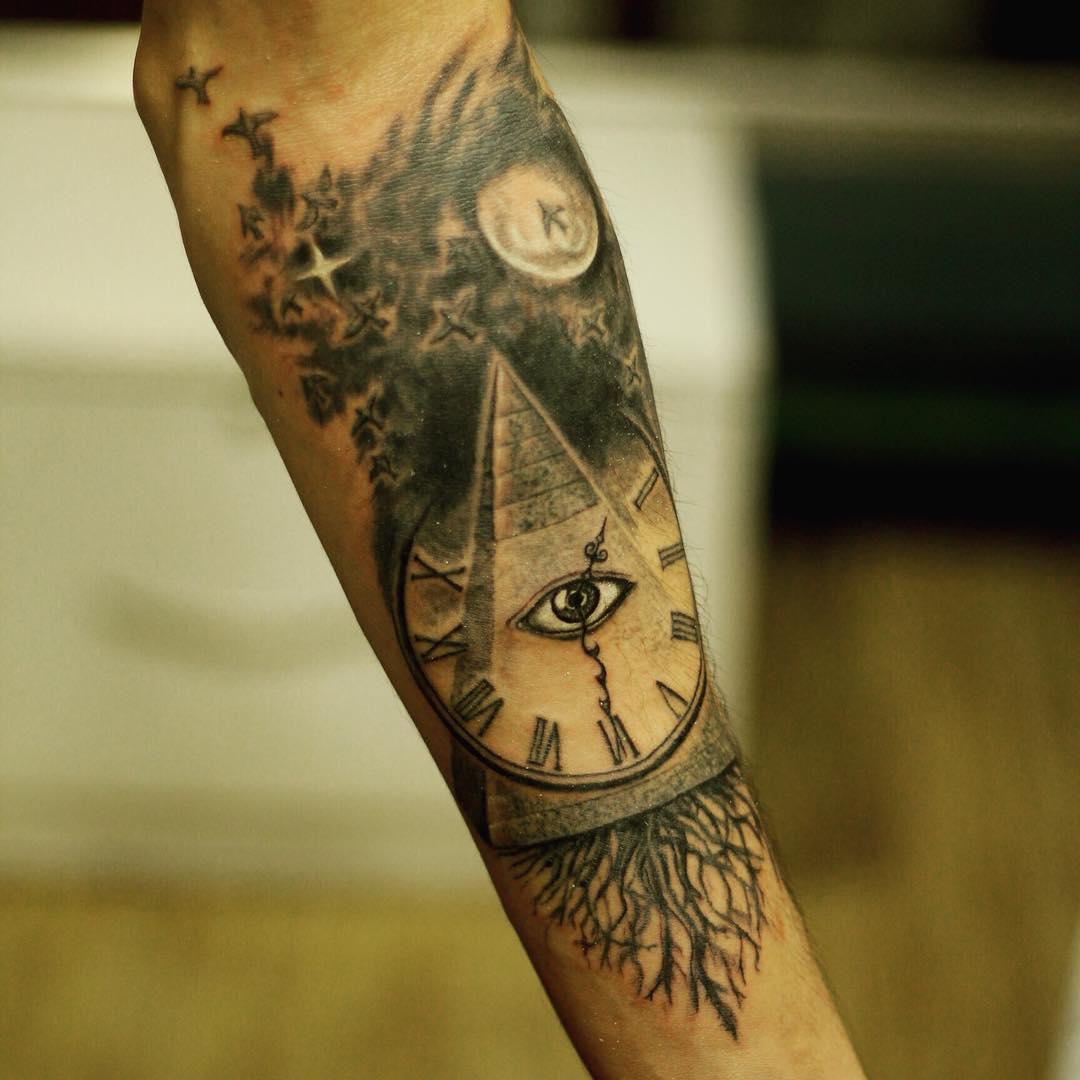 Pirámide del tatuaje diseños para hombres con aves y relo
