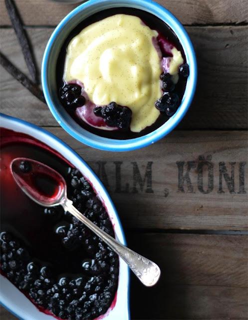Selbstgemachter Vanillepudding mit Blaubeeren aus dem Ofen