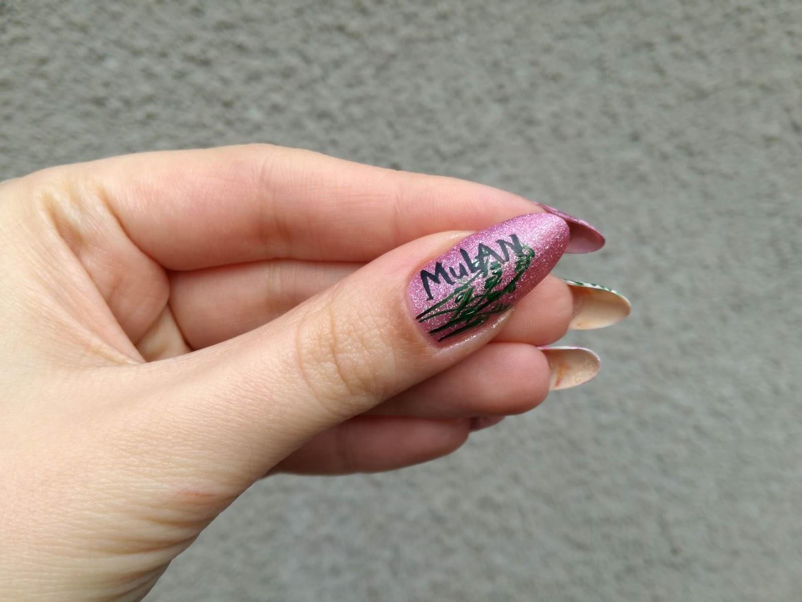 napis Mulan na paznokciu