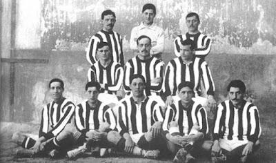 Sejarah Berdirinya Atletico Madrid   Athletic Club de Madrid, cikal bakal Atletico de Madrid didirikan pada 26 April 1903 oleh sekumpulan pelajar asal Basque di Madrid yang memandang kreasi mereka sebagai cabang Athletic de Bilbao, tidak heran pada saat itu mereka mengusung warna biru dan putih persis kebanggaan Athletic.  Saat berkunjung ke Inggris pada 1911, seorang perwakilan Athletic de Bilbao tidak bisa menemukan jersey biru-putih Blackburn namun dia memutuskan membawa pulang jersey Southampton. Athletic Bilbao kemudian memutuskan menggunakan warna Soton sementara tim di Madrid tetap mempertahankan warna biru pada celana.  Persis pada tanggal 22 Januari 1911, Athletic de Madrid tampil untuk kali pertama dengan warna merah-putih dengan shorts Biru. Ketika itu matras (colchones) di Spanyol banyak dibuat dengan warna garis merah dan putih dan karena alasan ini pula Atletico mendapat julukan Los Colchoneros (si pembuat matras). Pada 1913, Athletic de Madrid tampil di kejuaraan regional melawan Madrid Foot-Ball (yang kemudian berganti nama menjadi Real Madrid). Andai menang, Athletic de Madrid berpotensi lolos ke Copa del Rey. Sayangnya aturan di Spanyol tidak mengizinkan dua klub yang berkaitan tampil di kompetisi sama karena Athletic de Bilbao sudah lolos terlebih dahulu.  Los Colchoneros memang