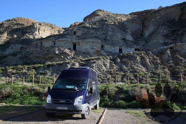 Espagne-navarre-arguedas-parking-fourgon-falaise-troglodyte