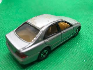 トヨタ クラウン のおんぼろミニカーを斜め後ろから撮影