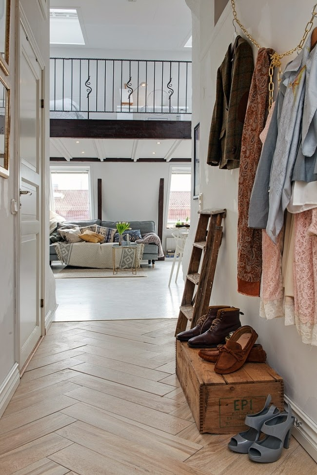 Białe mieszkanie na poddaszu, wystrój wnętrz, wnętrza, urządzanie domu, dekoracje wnętrz, aranżacja wnętrz, inspiracje wnętrz,interior design , dom i wnętrze, aranżacja mieszkania, modne wnętrza, styl klasyczny, styl skandynawski, przedpokój, styl skandynawski, drabina