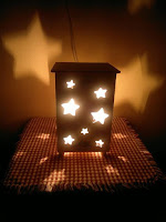 lamparas hechas con madera con destellos de estrellas
