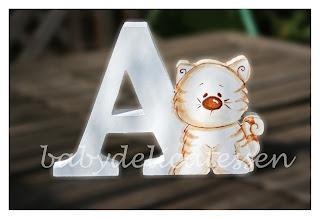 letra A de madera con gatito para apoyar babydelicatessen