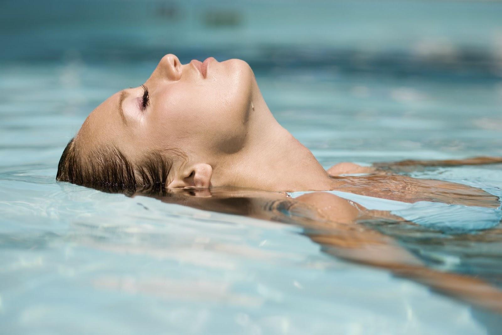 Το κολύμπι προσφέρει υγεία: Η κολύμβηση κάνει καλό στην καρδιά, στους πνεύμονες, στους μυς, μειώνει το άγχος & δροσίζει
