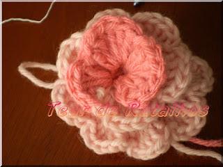 Foto mostrando uma flor feita em crochê.