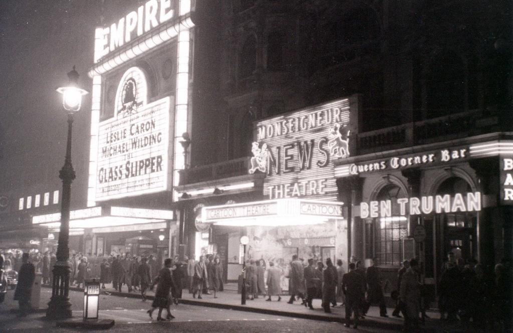 66 Amazing Black And White Photos Capture Street Scenes Of