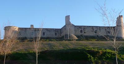 vista norte del castillo de Chinchón tomada desde abajo