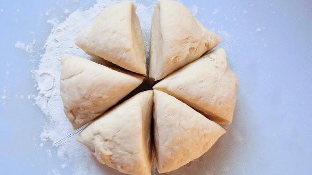 発酵が終了したパン生地を6等分に分ける